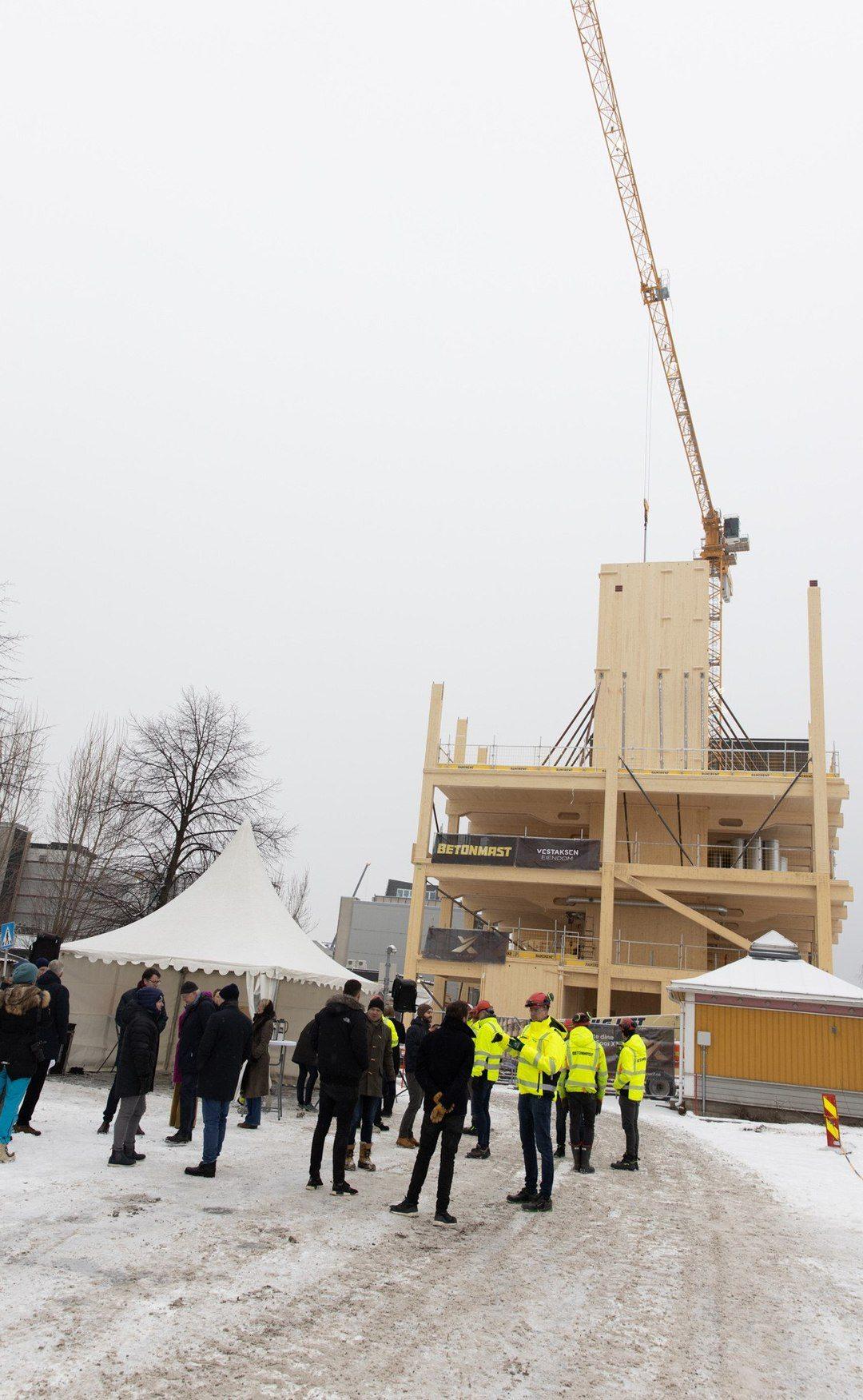 Grunnplankenedleggelse på SporX 16. februar med utsikt mot massivtre-bygget.