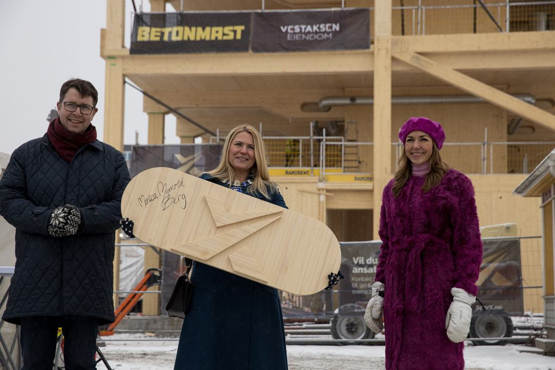 Sindre Juel Berg, Monica Myrvold Berg og Thina Saltvedt med den signerte grunnplanken foran Spor X.